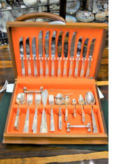 Cased cutlery set
