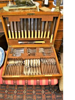 Oak cased canteen of cutlery