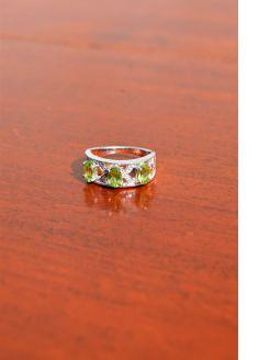 9ct gold diamond and peridot ring