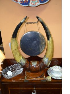 Horn ands oak mounted gong
