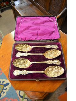 Boxed set of Victorian plated berry spoons