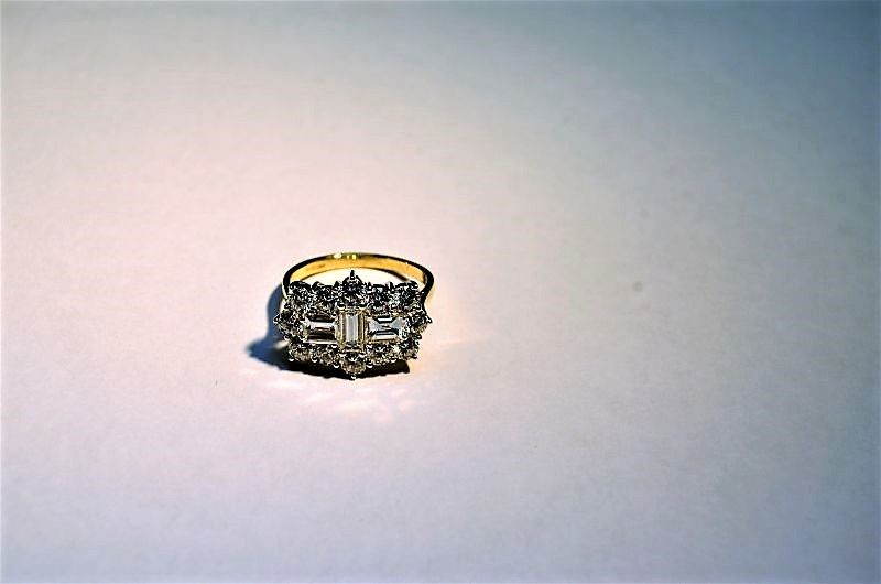18ct gold baguette diamond ring